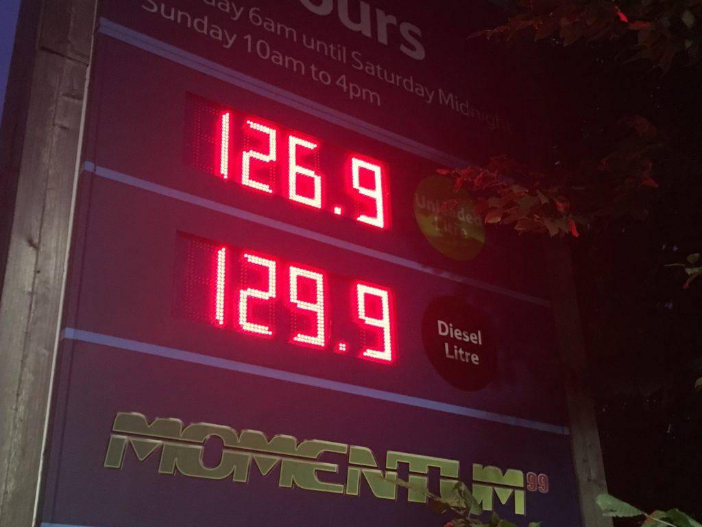 Gasolinera en Inglaterra, el Diesel es más caro que la gasolina